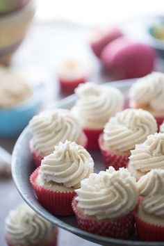 Apple pie takes cupcake shape in these easy apple pie cupcakes with their rich brown sugar buttercream! lemonsforlulu.com