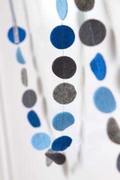 Slinger CIRKEL - Blauw/grijs: vrolijke slinger met cirkels in diverse kleuren. Ca. 1,5 m lang, doorsnede cirkels ca. 2,5 cm. Naar wens op maat gemaakt in de door jou gewenste kleuren!