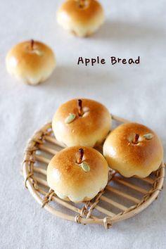 Sweet Apple Bread {in Korean} {by Baking School} bread shaped like apples. Bolo Tumblr, Cute Food, Yummy Food, Healthy Food, Baking School, Bread Shaping, Bread Art, Apple Bread, Apple Pie