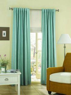 Una sala de estar, un comedor, o incluso un despacho, necesitarán cortinas que permitan una buena iluminación al tiempo que eviten que luz solar directa sobre los posibles muebles de madera.