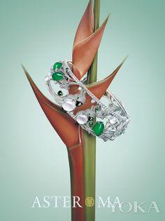 ASTER MA高级珠宝定制自然恩赐系列美冠鹦鹉手镯 主 石:满绿随形翡翠2.34g/6pc玻璃种白蛋面翡翠1.99g/3pc  副 石:石榴石0.028ct/4pc 钻石9.7ct/1615pc  水滴钻石0.983ct/7pc 绿冰点0.10g/7pc  总 重:65.80g  鸟儿成双,寓意和美幸福。  黄钻冠羽、绿随型点睛、电镀乌金大嘴巴,众多细节把鹦鹉刻画的惟妙惟肖,隐隐中透露着小小的骄傲,非常传神。