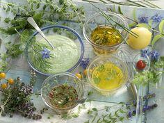 4 verschiedene Salatdressings: Dill-Salatcreme, Kräutervinaigrette, Koriandervinaigrette    http://eatsmarter.de/rezepte/verschiedene-salatdressings