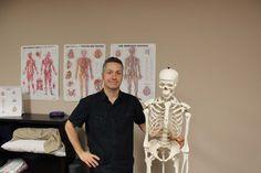 Pierre Sarrasin D.O. en compagnie de son compagnon Oscar, à sa clinique de la rue Barkoff.
