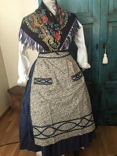 Traje de baturra. Spanish Costume, European Dress, Aragon, Womens Fashion, Skirts, Regional, Aprons, Dresses, Ideas