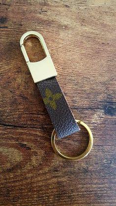 Ehi, ho trovato questa fantastica inserzione di Etsy su https://www.etsy.com/it/listing/470828935/louis-vuitton-handmade-keychain