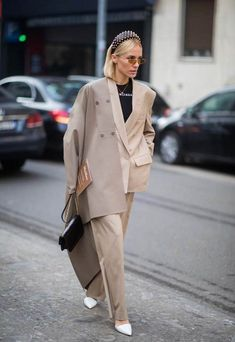 How to wear head-to-toe beige, one of biggest fashion trends, seen at Dior, Fendi and Burberry—but also touted by the street style set at Paris Fashion Week. Source by lindavanska fashion week Fashion Week Paris, Fashion Milan, Big Fashion, Look Fashion, Womens Fashion, Young Fashion, Fashion Fashion, Fashion Ideas, Fashion Trends 2018