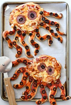 Turn ordinary pizza into an ocean-themed dinner with Octopus Pizzas. Your kids will have so much fun ripping off the pizza crust tentacles! snacks rip Octopus Pizzas - Fork and Beans Kids Cooking Recipes, Cooking With Kids, Fun Cooking, Baby Food Recipes, Cooking Games, Pizza Recipes, Healthy Cooking, Fun Dinners For Kids, Kids Meals