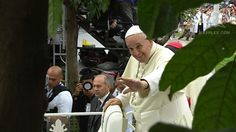 GREETING CROWDS. Pope Francis returns to the Apostolic Nunciature after UST mass, before leading public mass in Quirino. File photo