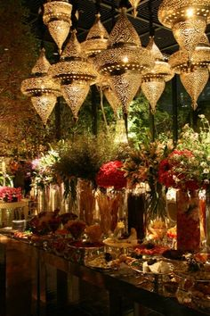 Here is an inspiration for an oriental wedding Will you be te. Arabian Nights Wedding, Arabian Party, Wedding Night, Arabian Nights Theme Party, Arabian Decor, Decoration Evenementielle, Bridal Decorations, Table Decorations, Indian Decoration