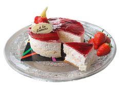 Aardbeien mousse met verse aardbeien in luchtige slagroom, weinig toegevoegde suikers. Op een krokante kruimel bodem. Als gebakje of als dessert te serveren.  Proef het verschil!