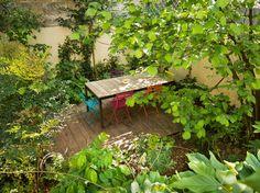 Une salle de réunion dans un jardin de ville