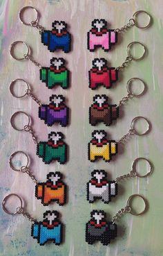 Llaveros pixel art, inspirados en el juego Among Us. Elaborado con hama beads de 2,6mm. Disponible en 12 colores diferentes. Elige el que más te guste de la lista. Sus medidas son 4 cm de ancho por 4 cm de alto. ¡todos nuestros productos están hechos a mano y con mucho amor! Easy Perler Bead Patterns, Melty Bead Patterns, Perler Bead Templates, Diy Perler Beads, Perler Bead Art, Pearler Beads, Fuse Beads, Beading Patterns, Pixel Beads