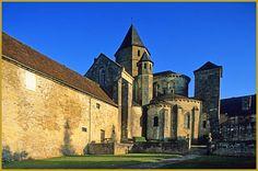 Photo au lever du jour de l'église fortifiée dédiée à Saint Robert; un ancien prieuré du XIIe siècle fondé sur les hauteurs de l'Yssandonnais, à Saint-Robert. Visiter Saint-Robert, photos de la région Aquitaine-Limousin-Poitou-Charentes.