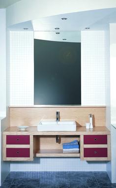 Buenos días, Hoy queremos dejaros este baño realizado a medida y ajustado perfectamente al espació disponible. www.arnit.es #baños #cocinasymas #diseñobaños #mueblesdebaño