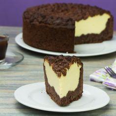 Vă prezentăm o rețetă de cheesecake de ciocolată cu umplutură de brânză de vaci. Se prepară foarte rapid și este foarte delicios. Acest cheesecake poate fi preparat chiar și de un începător în bucătărie, vă Easy Desserts, Tiramisu, Cake Recipes, Cheesecake, Deserts, Food And Drink, Sweets, Healthy Recipes, Cookies