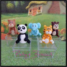 Caixinhas acrílicas decoradas Safari / Selva:Urso, Panda, Tigre, Macaco e Elefante. Também faço outros bichinhos, consulte! <br> <br>Produto sob encomenda. Valor unitário. <br>Material: biscuit. Altura aproximada: 4cm + caixinha (4x4x3,5cm). <br> <br>Antes de encomendar, não esqueça de conferir as políticas da loja (http://www.elo7.com.br/patysbiscuit/politicas ), e de entrar em contato para consultar disponibilidade na agenda!