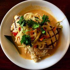 Na praia de #Kailua em Oahu, esse pequeno restaurante serve comida havaiana da mais alta qualidade por um preço super acessível. Recentemente pedi o Red Curry Fish with Coconut Sauce and Green Papaya Salad. Preço: U$14 Sabor: #divino! Vale checar o site deles porque estão expandindo a rede com mais 2 endereços, catering para eventos e food trucks! Outra dica: sempre consulto o #Yelp antes de decidir onde comer. #vidalafora #trip #go #sejoga #meuplaneta #fui #partiu #morarfora #EUA