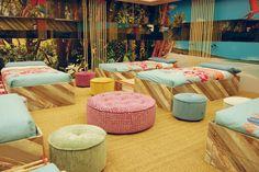 En el dormitorio de GH16 vemos unos coloristas poufs redondos de varios tamaños y colores pertenecientes a la colección Arianne Love.
