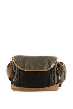 Grösseninfo: - Messenger Bag: ca. 42 x 35 x 12 cm- Laptop-Tasche: ca. 37 x 27 cm Material / Pflege: - softer Baumwoll-Mix- Boden aus Veloursleder- Netz-Besatz- Ribstop-Material für die herausnehmbare Tasche und das Futter Details: - im Laptop-Format: herausnehmbare Aufbewahrung mit Polsterung, Reißverschluss und flachem Zippfach- Schultertasche mit Reißverschluss- zwei flache Zippfächer, ein Ne...