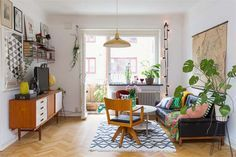 Are you looking for interior decorating ideas to use in a small living room? Small living rooms can look just […] Retro Living Rooms, Small Living Rooms, Home Living, Living Room Interior, Apartment Living, Living Room Designs, Living Room Decor, Cozy Apartment, Retro Apartment