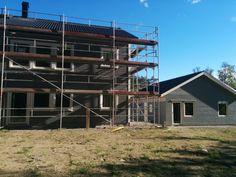 Hus och garage. Foder och målning pågår på garaget.