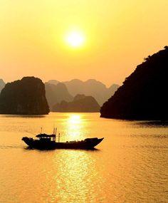 Coucher de soleil sur la célèbre Baie d'Ha Long au Vietnam