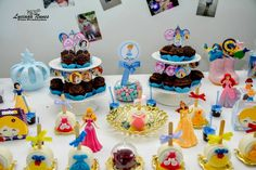 #doces #finos #infantil #princesas #artesanato #alimento #carruagem #azul #rosa #dourado #festa #mesadobolo #cinderela #bolo #luxo #kids #cakes #party #aniversário #princesas #cinderela #brancadeneve #aurora #ariel