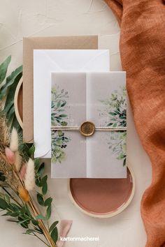 """Hochzeitseinladung """"Rustic Green Magic"""" mit Transparentpapier & Siegel. Auf dem besonderen Einladungskarten Format habt ihr auf mehreren Seiten Platz für alle wichtigen Informationen. Das transparente Papier & das Siegel halten alles stilvoll zusammen. Ladet so zu eurer standesamtlichen Hochzeit ein. Gift Wrapping, Tableware, Gifts, Paper, Invitation Cards, Postcards, Nautical Wedding, Civil Wedding, Father's Day"""