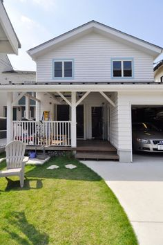 暖かみのある木の外壁と、水色の窓枠が印象的。ビルトインガレージと深い庇は、西海岸のサーファーズハウスのイメージ。