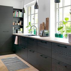 Flere af vores design findes i forskellige prisklasser, så du kan gennemføre designlinjen i hele boligen, men skalere prisen i fx bryggers eller børneværelse. Kom ind og oplev nyheden Pisa sort eg folie.
