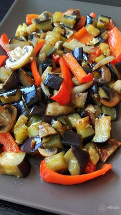 Legume la tigaie – Rețete LCHF Vegetable Recipes, Vegetarian Recipes, Cooking Recipes, Healthy Recipes, Tumblr Food, Work Meals, Romanian Food, Food Cravings, Yummy Drinks