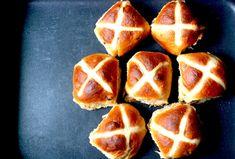 Hot Cross Buns aneb kořeněné velikonoční bochánky Hot Cross Buns, Toast, Peach, Bread, Fruit, Cooking, Food, Kitchen, Brot