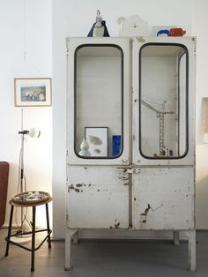 Superbe Vintage Medical Cabinet