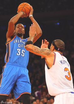 Kevin Durant shoots over Kenyon Martin
