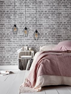 Ambiance loft industriel pour cette chambre revêtus de papier peint effet briques vieillies. On amène de la douceur et on réchauffe la pièce avec des tons pastels et des matières douces comme le lin lavé et le velours. / Castorama #papierpeint #effetbriques #chambrecosy #décochambre #industriel #loft