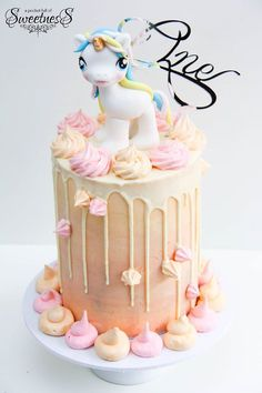 Unicorn drip cake for a fun birthday party How To Make A Unicorn Cake, Diy Unicorn Cake, Unicorn Cake Pops, Unicorn Party, Unicorn Birthday, 1 Tier Cake, Tiered Cakes, My Little Pony Birthday Party, Cake Decorating For Beginners
