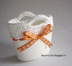 Recycling plastic bottles: the handbag finished in crochet. Recycled Crafts, Handmade Crafts, Diy And Crafts, Plastic Bottle Crafts, Recycle Plastic Bottles, Plastic Recycling, Plastic Art, Glue Crafts, Yarn Crafts