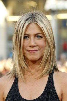 Jennifer Aniston shoulder-length hair movement highlightes sleek with texture la. Jennifer Aniston shoulder-length hair movement highlightes sleek with texture layers around the face easy to maintain - Click image to find more hair posts Medium Hair Cuts, Medium Hair Styles, Short Hair Styles, Haircut Medium, Short Haircut, Jennifer Aniston Haar, Jennifer Aniston Hairstyles, Jennifer Lawrence, Weird Haircuts