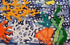 """Camiseta """"El fondo marino"""". Camiseta al estilo crochet irlandés con motivos de animales marinos. Detalle: corales. Irish crochet: corals"""