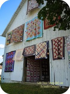 An Amish barn and Quilts Amische Quilts, Barn Quilts, Sampler Quilts, Amish Country, Country Life, Country Barns, Country Quilts, Country Style, Country Roads