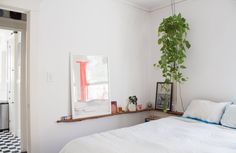 instead of hanging things on wall hang shelf/ledge: les objets