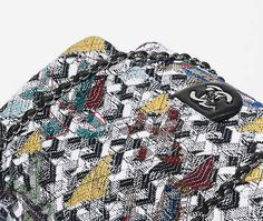 Grand sac classique, tweed & strass-noir, blanc, bleu & jaune - CHANEL