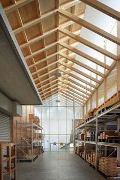 Image 3 of 20 from gallery of Warehouse in Ageo / Arii Irie Architects. Photograph by Kai Nakamura Exposed Trusses, Roof Trusses, Gunma, Roof Design, Ceiling Design, Sustainable Architecture, Architecture Details, Wooden Architecture, Truss Structure