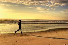 Uma das melhores coisas para se fazer no verão é aproveitar a estação e a viagem para correr na areia.