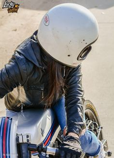 Honda CBX250 Cafe Racer by Lucky Custom #caferacergirl #motorcyclesgirls #chicasmoteras | caferacerpasion.com