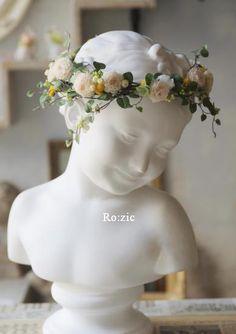 蔓のグリーンをベースに クリーム・白・イエローの 小さな素材をちりばめたナチュラルイメージの花冠額上部分のボリュームを軽く 横顔に向かってゆるやかに幅広く...