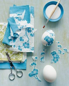 Paper Napkin Decoupage Eggs How-to. (Hard boil eggs instead & use watered down glue for cheaper alternative to decoupage) Diy Decoupage Eggs, Napkin Decoupage, Decoupage Ideas, Decoupage Furniture, Hoppy Easter, Easter Bunny, Easter Eggs, Easter Table, Easter Party