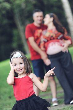 Incluir o filho mais velho no ensaio gestante é sempre divertido. Olhem a Maitê adorando ser a modelo da vez! --- Including your oldest son in the pregnancy photoshoot is always nice. Take a look at Maitê loving to be the model!