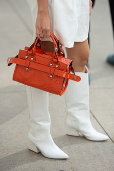 They Are Wearing: The Latest Street Style Photos from the NYFW Spring 2020 Shows Spring Street Style, Street Style Looks, Casual Street Style, Street Style Women, Street Fashion Show, White Boots, Fashion Photo, Woman Fashion, Shoe Bag