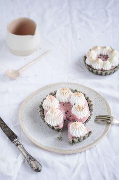 Coco e Baunilha: Tartes merengadas de sésamo preto e morango // Black sesame & strawberry meringue tarts
